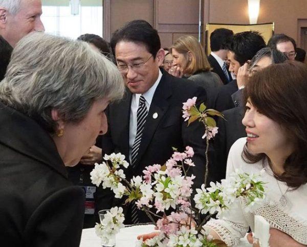 岸田文雄と妻の岸田裕子