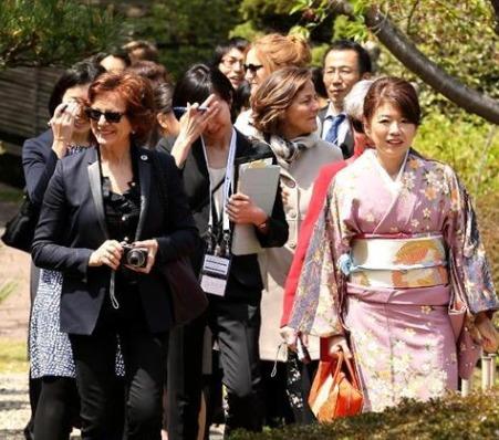 岸田裕子さんが外相の婦人をおもてなし