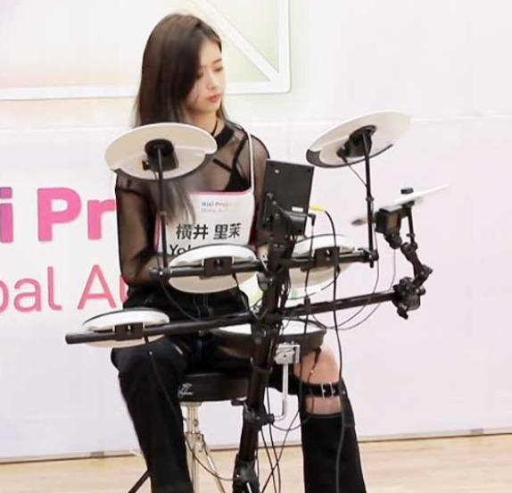 NiziUのリマがドラムを演奏する姿