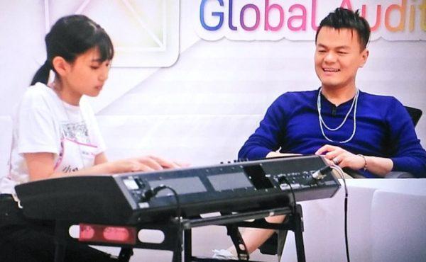 Niziuマユカがピアノを弾く姿