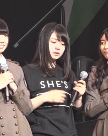 長濱ねるがSHE'SのTシャツを着ている写真