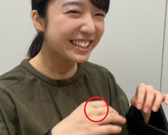 上白石萌音が中指に指輪をはめている