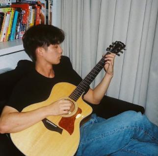 ギターを弾くブライト