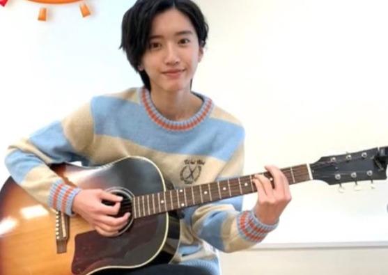 道枝駿佑がギターを練習するところ