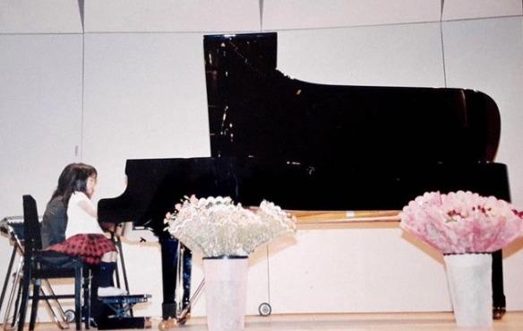 上白石萌音さんがピアノを演奏している