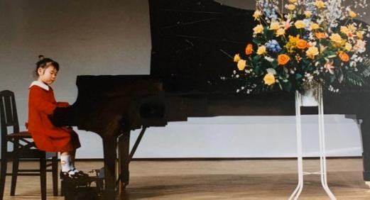 ハラミちゃんが発表会でピアノを弾いている様子