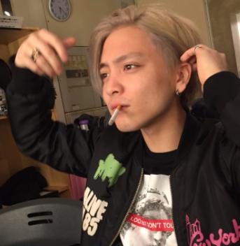 優里がタバコをすっている画像
