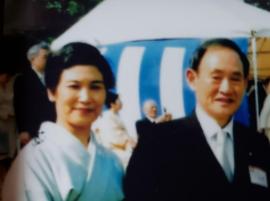 菅総理と嫁の真理子さん