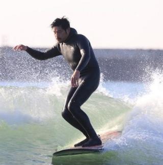 サーフィンをする坂口憲二