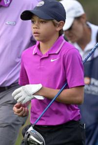 チャーチーくんがゴルフをやっているところ