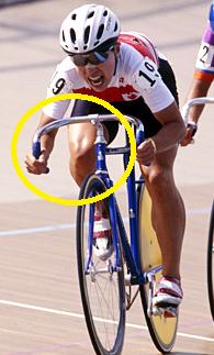 自転車に乗っている橋本聖子の太ももが太い画像