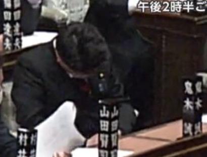 鬼木誠が国会で居眠りしているところ