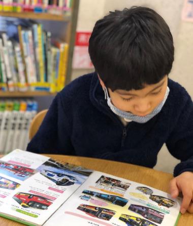 野田真輝が図鑑を読んでいるところ