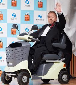 出川哲郎が経済産業省の電動自動車に乗っているところ
