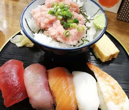 おいなり食堂の海鮮丼とお寿司