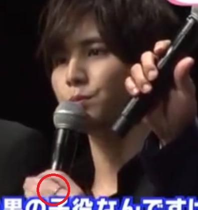 山田涼介が宮田聡子とお揃いの指輪をしているところ
