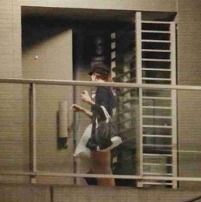 青山玲子が渋谷すばるのマンションに入っていくところ