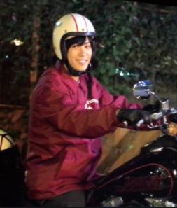 神宮寺勇太がバイクに乗っているところ