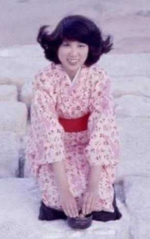 小池百合子がカイロ留学時にピラミッドでお茶をたてた画像
