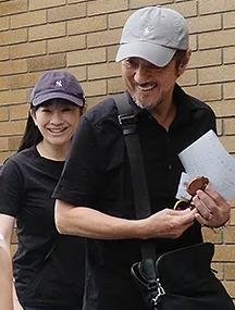 篠原涼子と市村正親が子供の運動会に行くところ