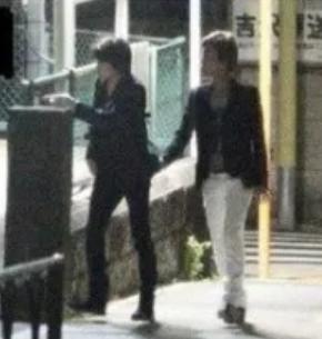 氷川きよしと松村雄基が一緒に歩いているところ