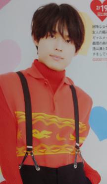 松村北斗がサスペンダーをつけている画像