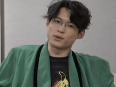 緑のジャケットを着る松村北斗