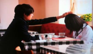 私立バカレア高校で松村北斗が島崎遥香の頭をなでるシーン