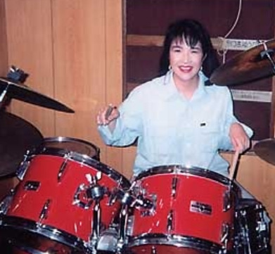 高市早苗がドラムを演奏しているところ