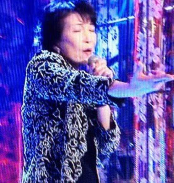 高市早苗がテレビ番組で歌っているところ