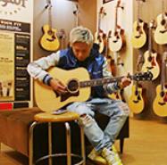 武尊がギターを弾いているところ