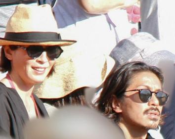 宮沢りえと森田剛がアロハの運動会で応援する様子